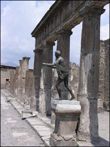 http://www.susansquires.com/photos/italy-trip/Temple-of-Apollo-Pompei-med.jpg
